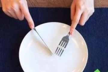 刀叉的正确拿法左右手,优雅吃西餐